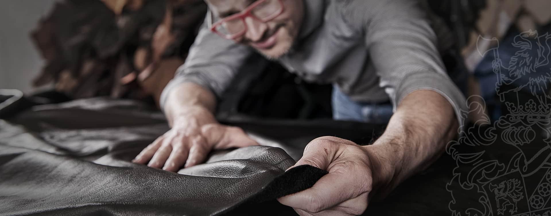 Hier ist Michael Hackner, Sohn des Seniorchefs Friedrich Hackner, bei der Überprüfung der Qualität von Leder.