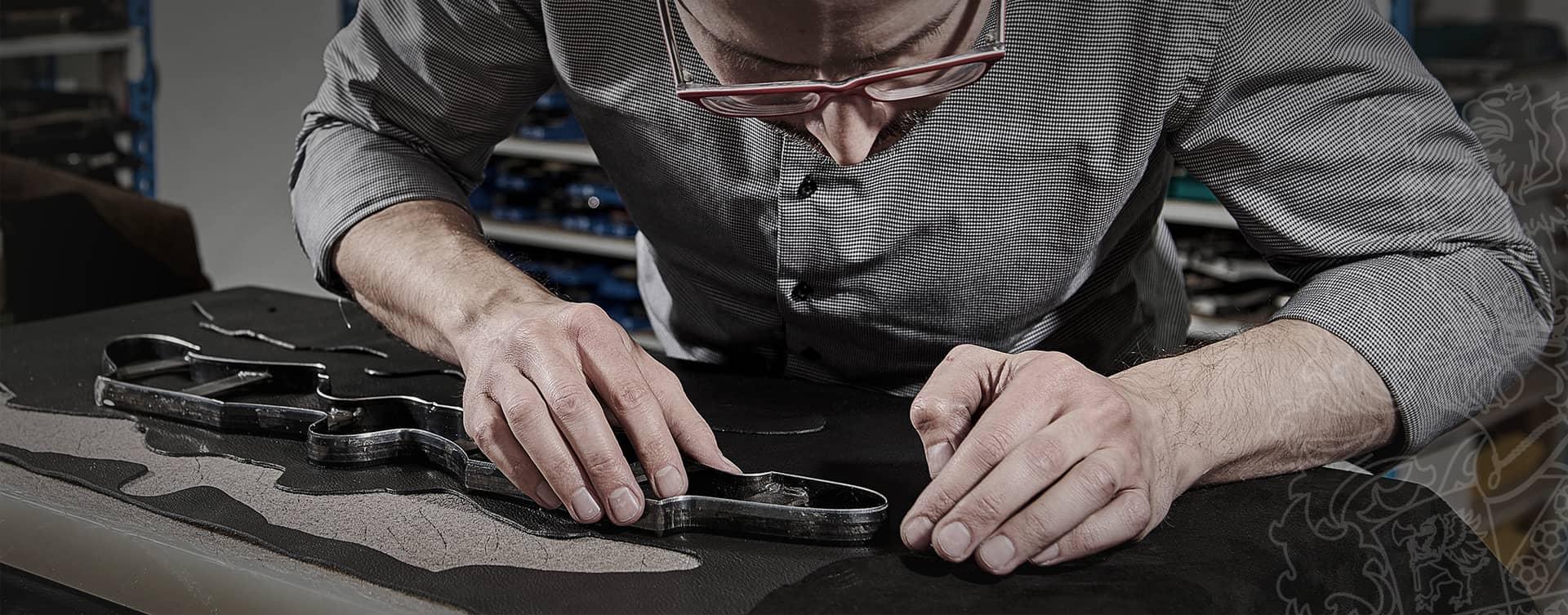 Bei jedem unserer Modelle verbindet eine von Hand eingestochene Naht die Zwischensohle mit dem Schaft.
