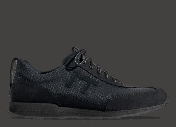 Noch mehr Grip im Gelände. Der Runnertune Pace Black Series bietet alle Vorteile des Runnertune Original plus eine maximal griffige Vibram Profilsohle kombiniert mit einer kompromisslos coolen Optik.