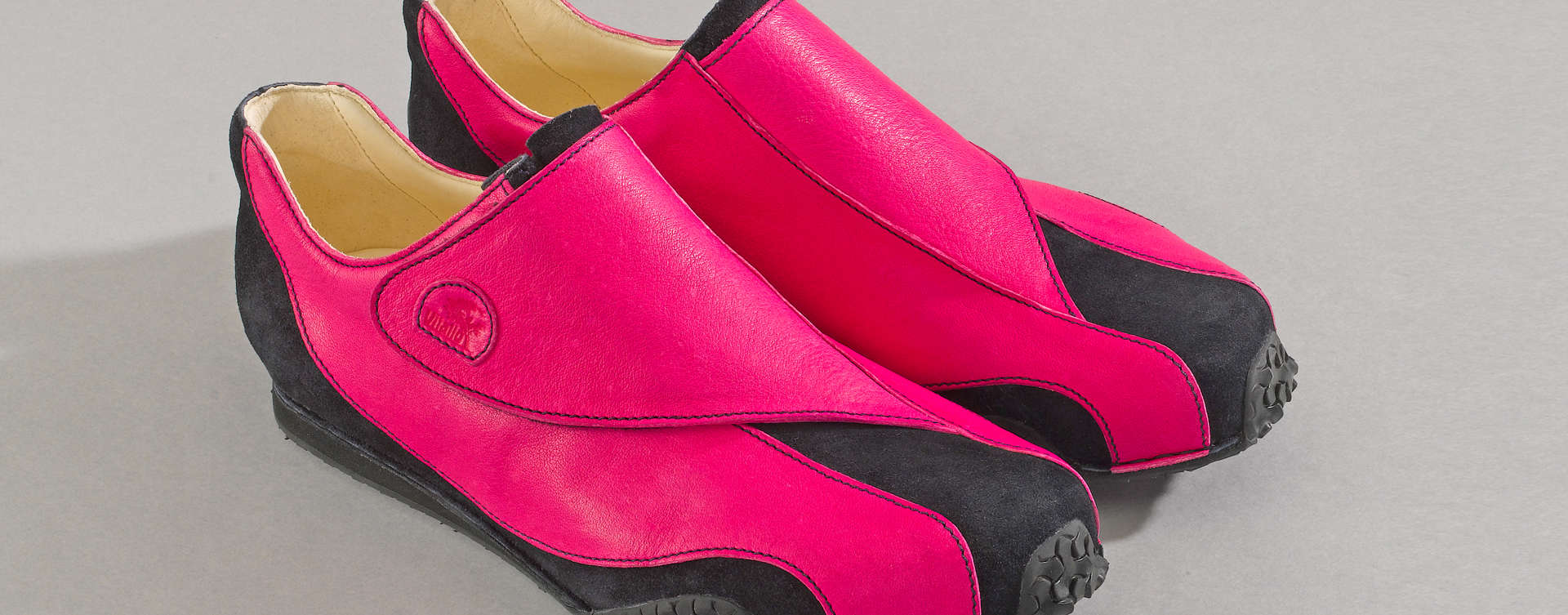 Impulse steht für die sinnbildliche Verschmelzung von Form und Funktion. So ist die harmonisch geschwungene Klettlasche nicht nur Mittel zum Zweck, sondern vielmehr tragendes Designelement des Sneakers.