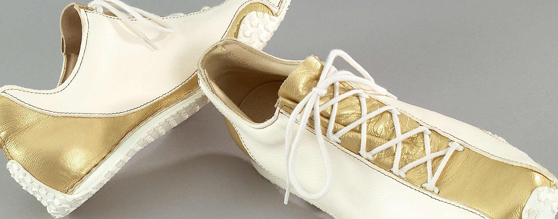 Unsere Vision war es, einen Schuh zu kreieren, der eine harmonische Linienführung mit Elementen eines klassischen Schnür-Sneakers in sich vereinigt. Die geschwungene Silhouette verleiht Inspire ein unverwechselbares Erscheinungsbild.