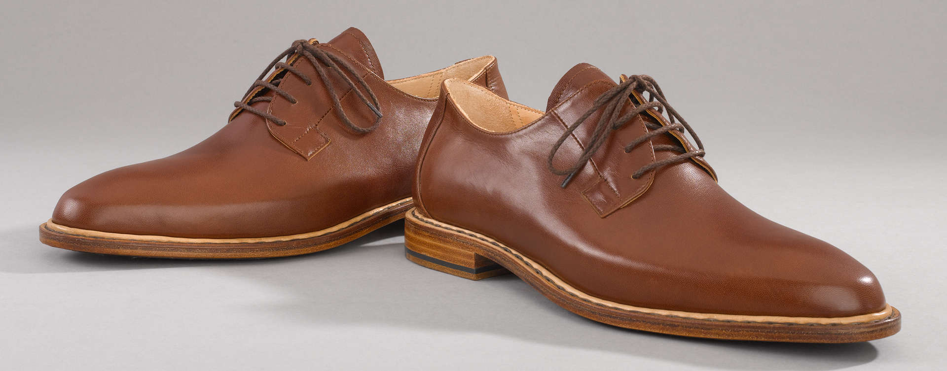 Ein Klassiker unter den eleganten Schuhen mit offener Schnürung. Erkennungsmerkmal des Blücher ist der markante, gestreckte Grundschnitt des Schaftes mit seinen kunstvoll angestürzten Schnürteilen.