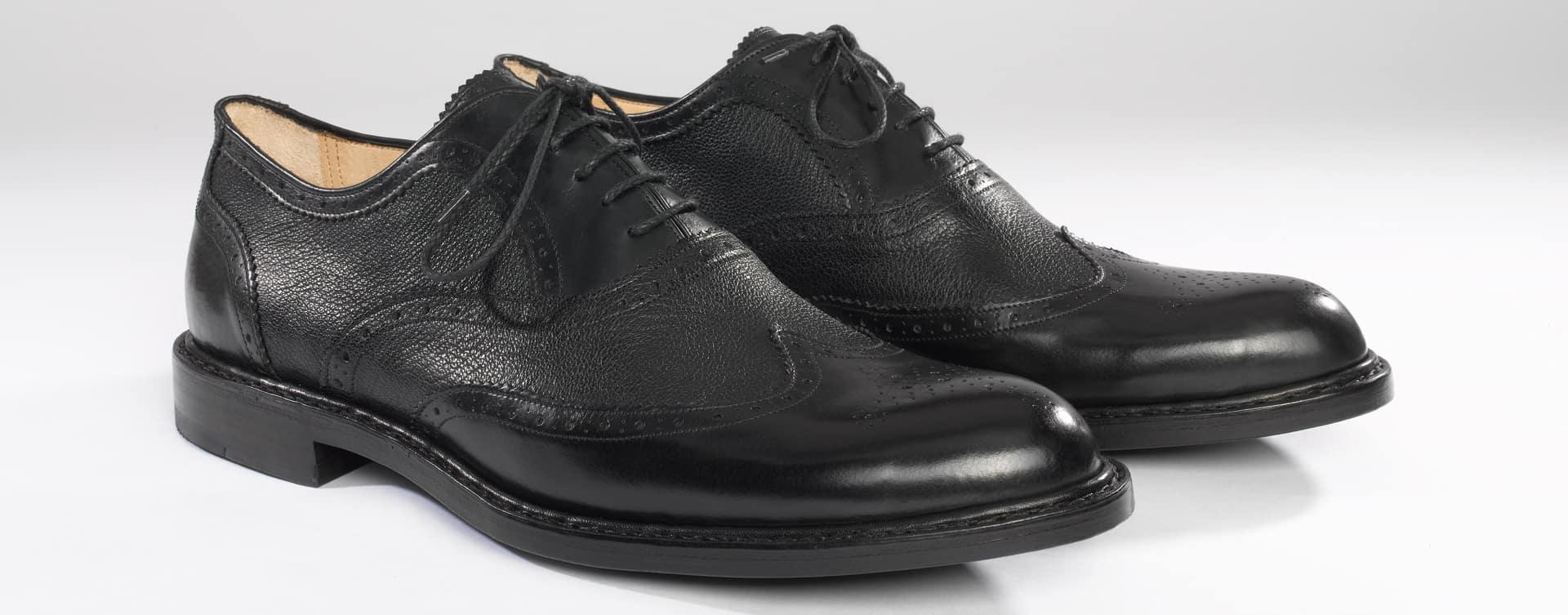 Der Brogue ist einer der bedeutendsten Vertreter klassischer Herrenschuhmode. Sowohl als Slipper in der Monk-Version als auch Schnür-Modell in der Oxford-Variante ist er ein perfekter Begleiter für jeden Anlass.