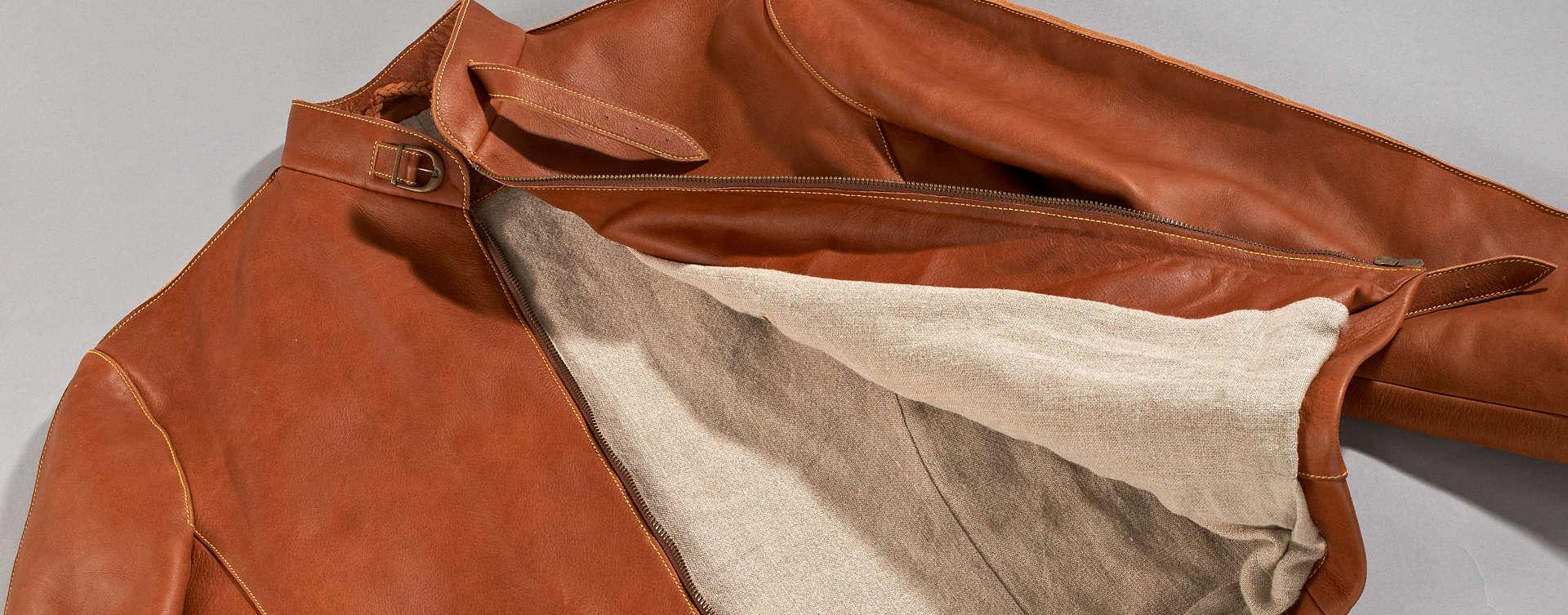 Passend zu unserem Vitallo-Fahrerschuh fertigen wir auch eine Fahrerjacke. Wie der Fahrerschuh wird sie komplett in Handarbeit in unserer Manufaktur hergestellt. Aus naturbelassenen Ledern maßgefertigt, besticht sie durch ihr puristisches Design und eine Verarbeitung die Ihresgleichen sucht.