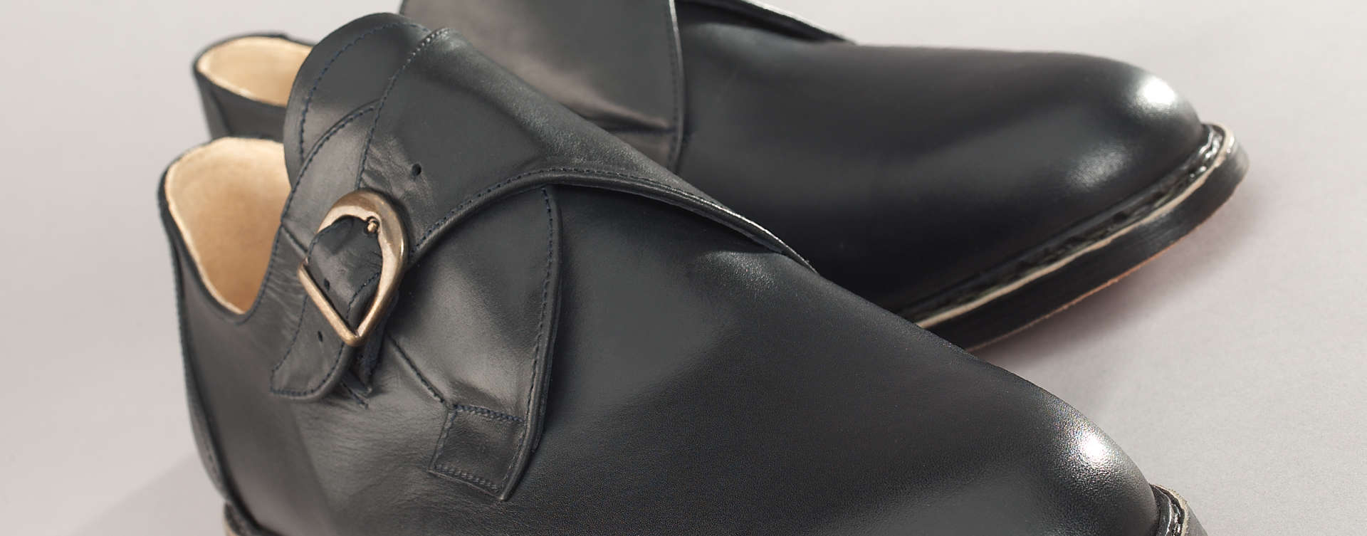 Der Monk erhielt seinen Namen als Reminiszenz an die Schuhe der Mönche früherer Zeiten. Sein Erscheinungsbild ist zugleich klassisch, kann aber je nach Ausführung zwischen elegant und modisch nuancieren. Daher ist er gerade auch für den Geschäftsmann ein idealer Begleiter.