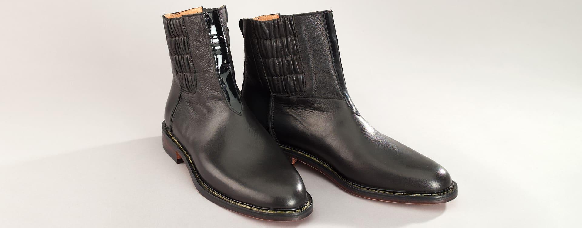 Das Design des Pull-Up ist vom Jodhpur-Stiefel inspiriert, wie er von britischen Reitverbänden in Indien getragen wurde.