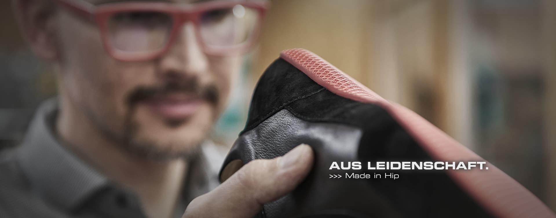 In Konsequenz ist jeder Schuh, jedes Accessoire, das unsere Manufaktur verlässt, auf höchstem Niveau von Hand gefertigt. Bei unseren Vitallo-Schuhen zeigt sich dies durch ein charakteristisches Detail: Bei jedem unserer Modelle verbindet eine von Hand eingestochene Naht die Zwischensohle mit dem Schaft.