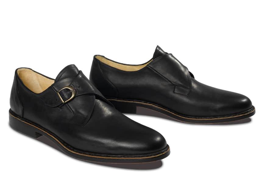 Funktional und zierend zugleich ist die charakteristische Schließe des Monk. Einmal passend eingestellt kann durch die elastische Befestigung der Schließe leicht in den Schuh ein- und ausgestiegen werden. Gleichzeitig sorgt sie für optimalen Halt im Schuh bei Schritt und Tritt.