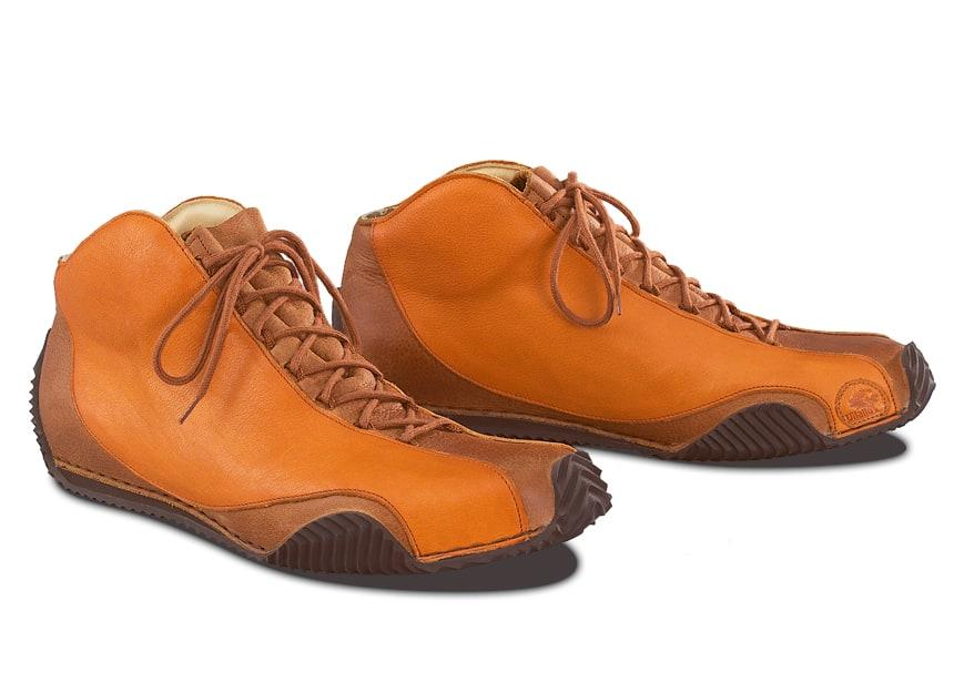 Was ein luxuriöses Interieur für ein Automobil darstellt, widerspiegelt die Climatocork-Innenausstattung bei einem Vitallo-Fahrerschuh. Maßgefertigt und auf die persönlichen Bedürfnisse des Fahrers angepasst, umhüllt sie den Fuß mit feinsten Materialien und sorgt für ein unvergleichliches Klima im Schuh.