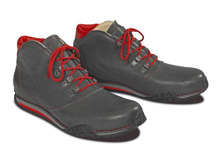 Made in Germany ist ein wichtiges Qualitätssiegel aber es drückt noch nicht genau das aus was wir tun, denn wirklich jeder Arbeitsgang bei der Entstehung eines Vitallo Schuhs findet in unserer Manufaktur in Hilpoltstein statt. Vom Lederzuschnitt bis zum maßgefertigten Climatocork Interieur – alles MADE IN HIP.