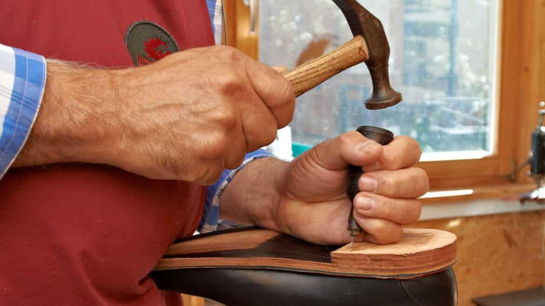 Ein Maßschuh entsteht (8) Lederabsatz und Gleitschutzsohle